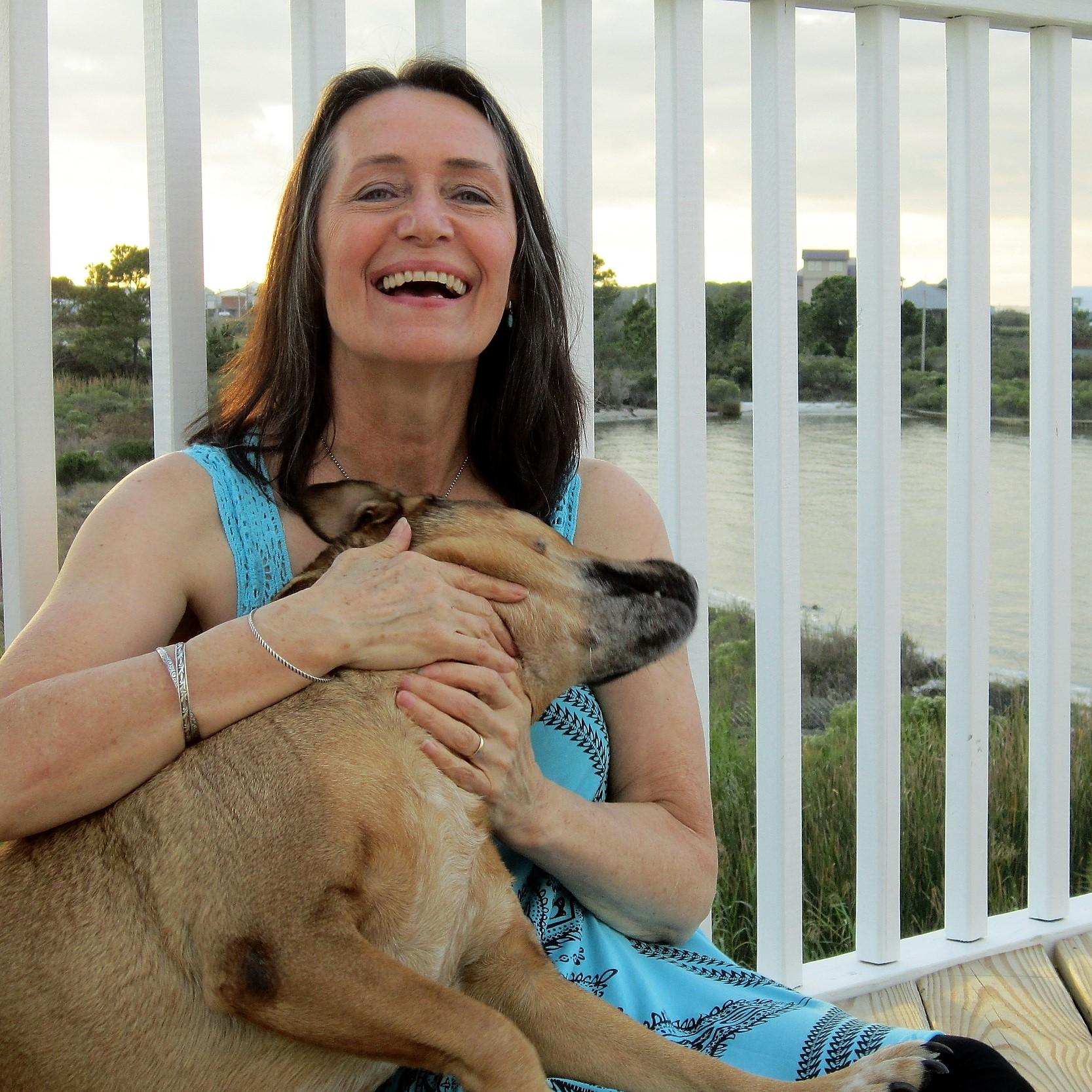 äldre kvinna m hund