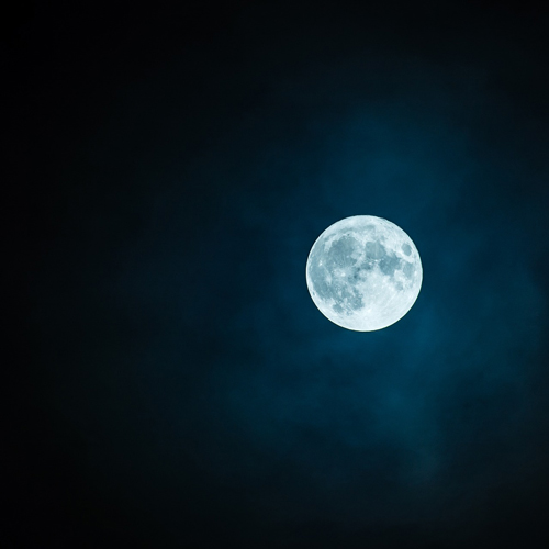 fullmåne på mörk himmel