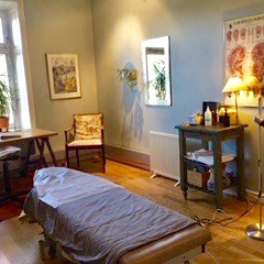 Ett rum med en brits där akupunkturbehandling ges