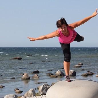 Kvinna balanserar tränar klimakteriesmart