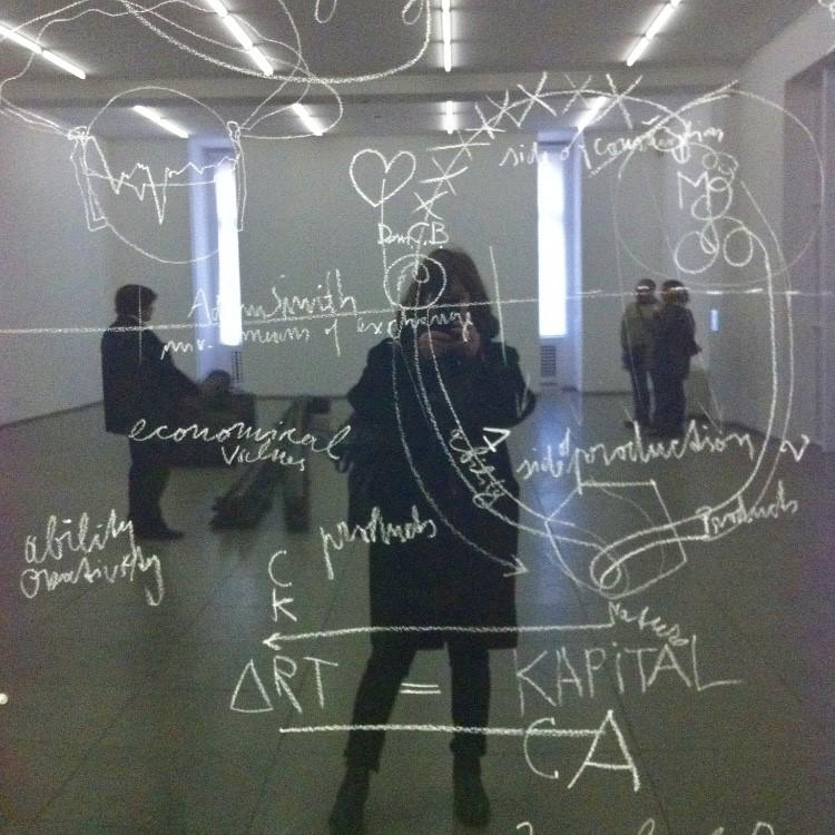 kvinna på museum fotograferar sig själv