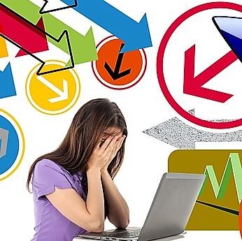stressad kvinna med dator