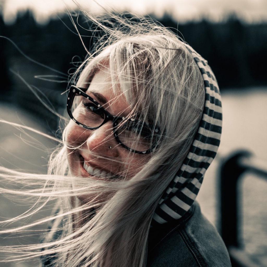 barnlös leende medelålders kvinna